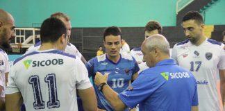 Marcos Pacheco orientando jogadores do Vôlei Ribeirão (Foto: Divulgação)